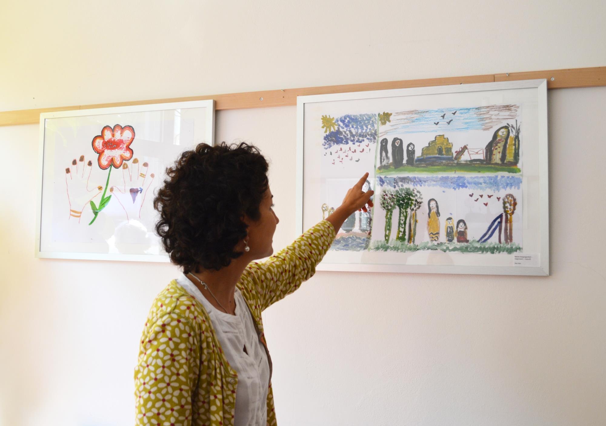 Ausstellung mit Bildern der kunsttherapeutischen Gruppe für geflüchtete Frauen